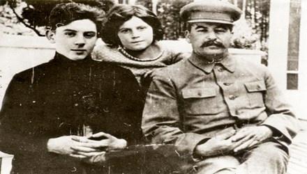 Buc thu bi mat Stalin gui thay giao cua con trai hinh anh