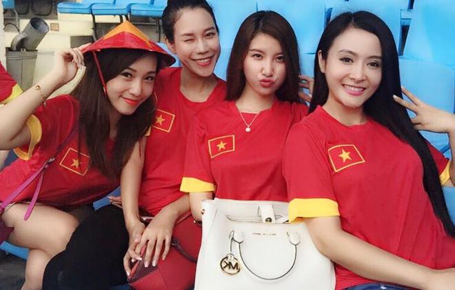 Cap hot girl Ha thanh ra san co vu doi tuyen Viet Nam hinh anh