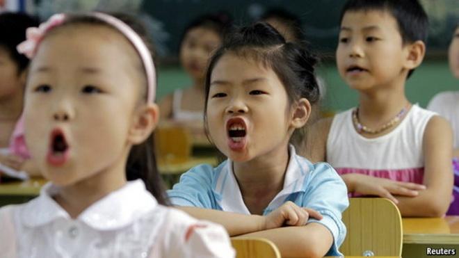 Hoc sinh ngheo Hong Kong 'bi de doa ra ria xa hoi' hinh anh
