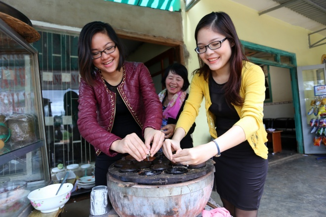 Co gai Da Nang mang hon 200 mon an Viet ra the gioi hinh anh