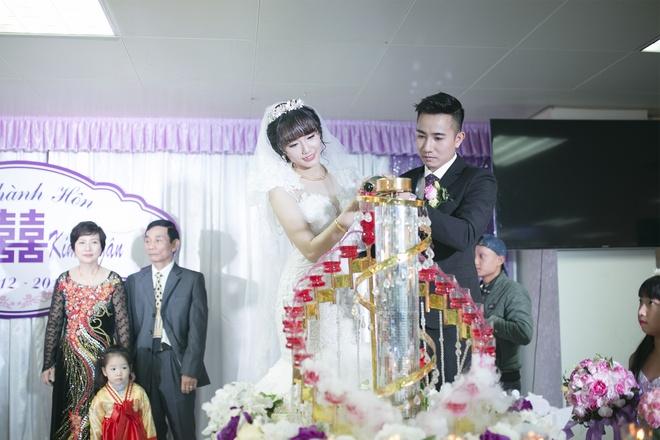 Dam cuoi gian di cua hot girl Ngan Bung tai Ha Noi hinh anh 8