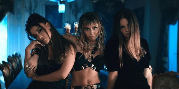 Miley Cyrus dang anh ho nguc sau khi ly hon hinh anh 2