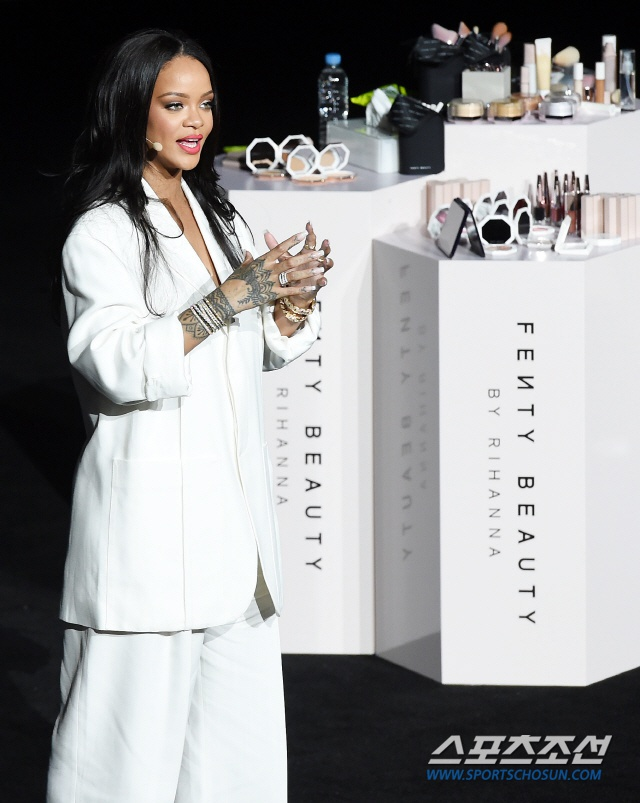 Rihanna xin loi vi den muon anh 1
