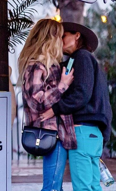 Amber Heard cong khai hon nguoi dong gioi hinh anh 1 Amber_heard_1.jpg
