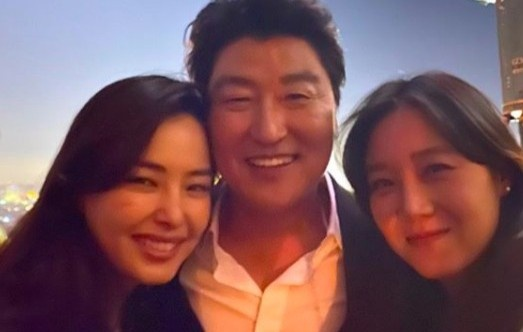 Miss Honey Lee was criticized for attending the party with the star 'Parasite'