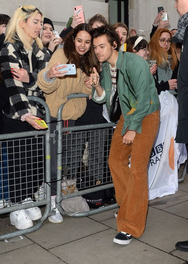 Harry Styles bi ke cuop cam dao de doa hinh anh 1 0_Various_celebrities_seen_at_BBC_Radio_Two_Studios.jpg