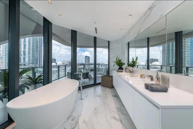 Vo chong David Beckham mua nha 25 trieu USD hinh anh 1 bathroom.JPG