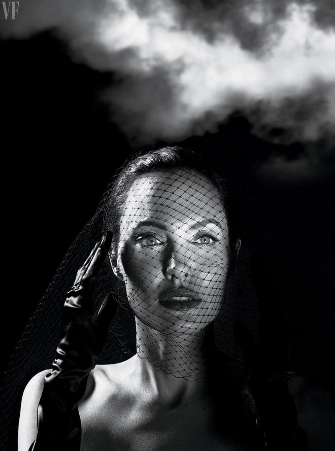 Angelina Jolie ly hon Brad Pitt anh 1