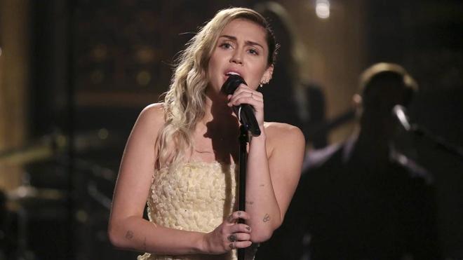 Miley Cyrus hat 'The Climb' tuong nho nan nhan vu xa sung hinh anh