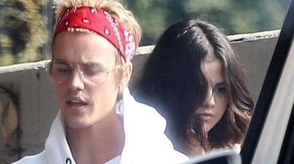 Justin Bieber dang co gang gianh lai Selena Gomez? hinh anh