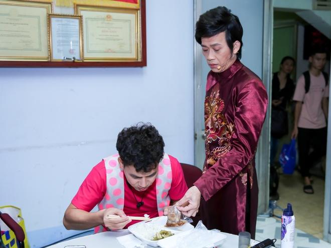 Hien Thuc bi dau bao tu trong hau truong 'Guong mat than quen nhi' hinh anh 5