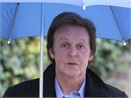 Paul McCartney don rac tren bai bien hinh anh