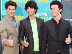 Anh ca Jonas Brothers chon phu re hinh anh