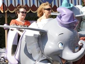 Susan Boyle tung tang o Disneyland hinh anh