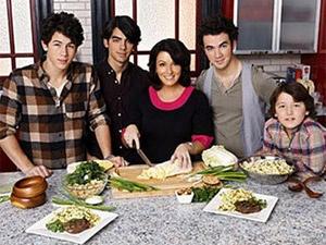 Me Jonas Brothers khoa than tren phim hinh anh