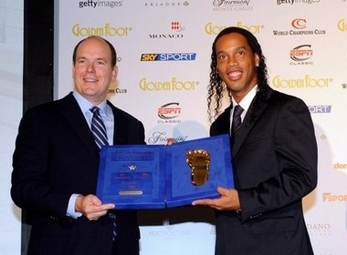 Ronaldinho doat danh hieu 'Ban chan vang' 2009 hinh anh