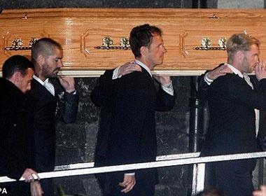 Boyzone dua xac Stephen Gately ve nha hinh anh