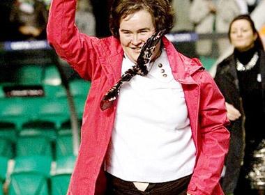 Susan Boyle bi tut quan tren san bong hinh anh