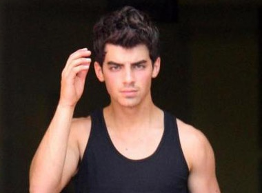 Joe Jonas khoe kieu toc moi sexy hinh anh