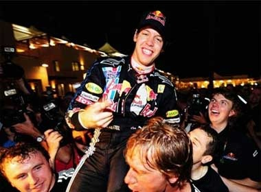 Vettel vo dich chang cuoi F1 hinh anh