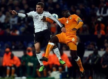 Podolski giup DT Duc thoat thua o 'gio chet' hinh anh