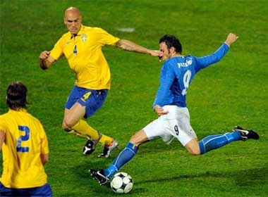 Chiellini giup Italy gianh chien thang hinh anh
