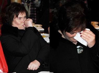 Susan Boyle mut ngon tay, oa khoc vi nho nha hinh anh
