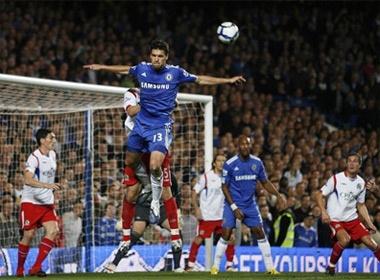 Manchester City - Arsenal: Cuu canh cua M.Hughes hinh anh