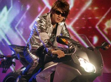 Nguyen Vu manh me voi sieu moto hinh anh
