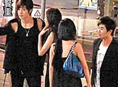 Kim Hyun Joong di choi cung hai co gai la mat hinh anh