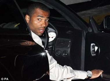 Ashley Cole ra hau toa hinh anh