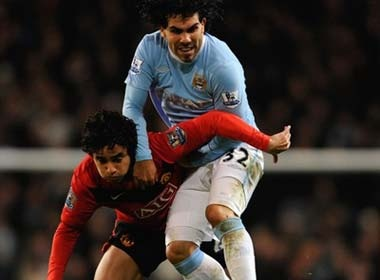 Gary Neville 'thoi lua' vao tran derby thanh Manchester hinh anh
