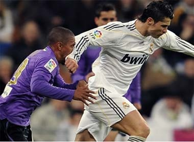 Cristiano Ronaldo chi bi treo gio hai tran hinh anh