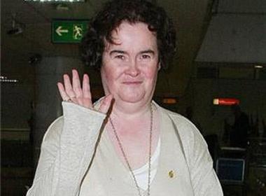 Susan Boyle ngat tai san bay hinh anh