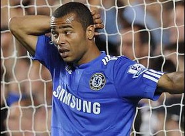 Ashley Cole bi phat tien vi vu be boi sex hinh anh