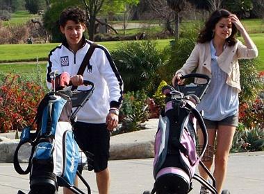 Nick Jonas - Selena Gomez vui ve o san golf hinh anh