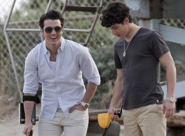 Anh em Jonas Brothers di san kho bau hinh anh