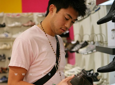 Theo chan Lee Nguyen di shopping hinh anh