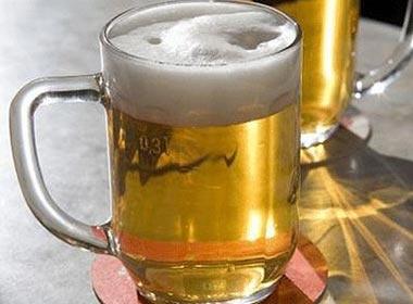 Doan tinh ban qua cach uong bia hinh anh