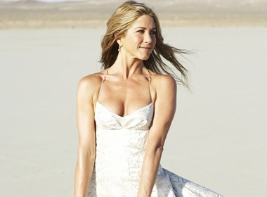 Jennifer Aniston khoe vay cuoi giua sa mac hinh anh