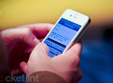 iPhone 4 mau trang tren tay mot nguoi dan ong la hinh anh