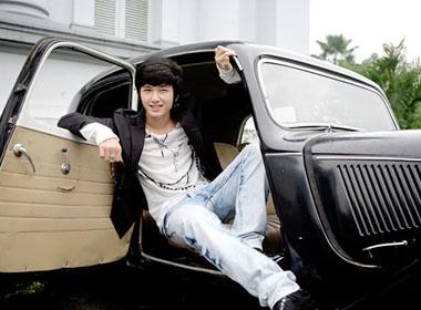 Hot boy Huynh Anh khoe dang ben xe co hinh anh
