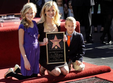 Reese Witherspoon cung con nhan sao tren Dai lo Danh vong hinh anh