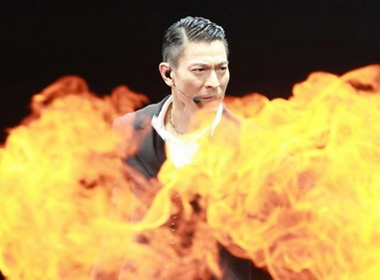 Luu Duc Hoa mac pyjama trong live show hoanh trang hinh anh