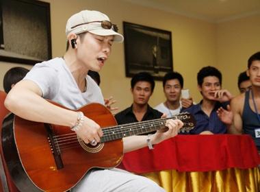 Jimmi Nguyen gay xuc dong cho thi sinh Mister Viet Nam hinh anh