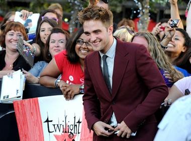 Robert Pattinson tim nguoi dong the hinh anh