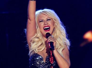 Christina Aguilera suyt 'vo ech' tren san khau Grammy hinh anh