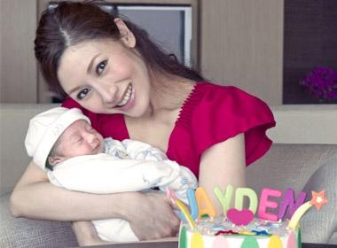 Ly Gia Han tu tay lam banh day thang cho quy tu hinh anh