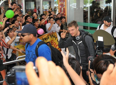 Fan Viet gap chop nhoang Backstreet Boys o san bay hinh anh