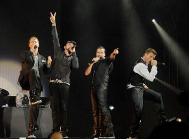 Clip Backstreet Boys chay het minh tren san khau hinh anh
